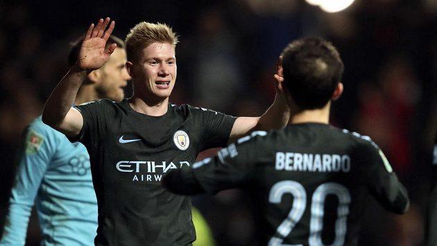 Kevin De Bruyne (vlevo) z Manchesteru City oslavuje gól proti Bristolu.