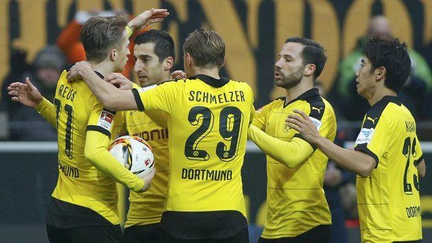 Fotbalisté Dortmundu se radují z gólu v utkání proti Hamburku.