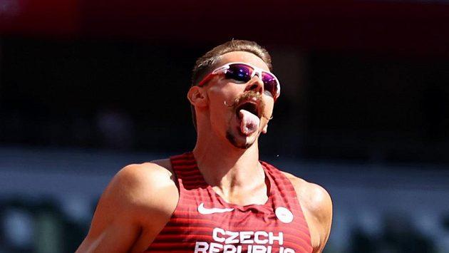 Adam Sebastian Helcelet po doběhu první disciplíny ruhého dne na 110 metrů překážek.