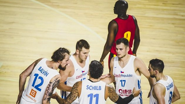 Porada českých basketbalistů během přípravného utkání s Angolou před mistrovstvím světa.