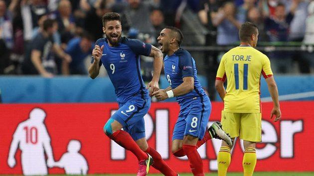 Francouzi Dimitri Payet (uprostřed) a Olivier Giroud (vlevo) se radují z vítězného gólu galského kohouta.