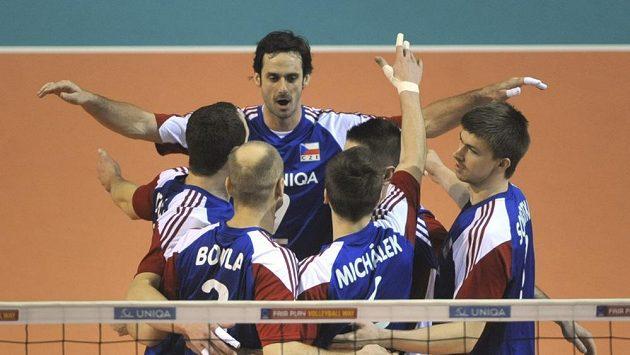 Čeští volejbalisté se radují ze zisku bodu.