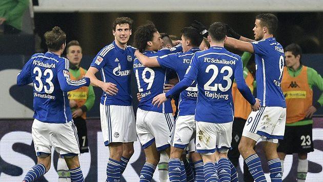 Fotbalisté Schalke 04 se radují z gólu proti Borussii Mönchengladbach.