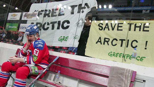 Aktivisté Greenpeace při zápase KHL mezi Lvem a Omskem vyzvali společnost Gazprom k ukončení příprav na těžbu ropy v Arktidě.
