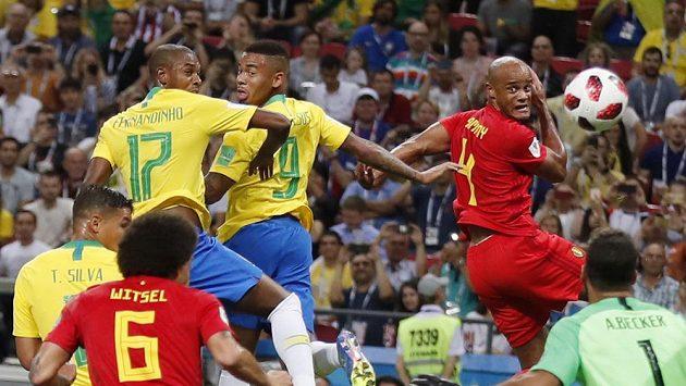 Nešťastná chvíle pro Brazilce Fernandinha (17), míč při téhle situaci v utkání s Belgií usměrnil do vlastní brány.