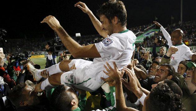 Útočník New Yorku Cosmos Raúl González nad hlavami hráčů po vítězném utkání s Ottawou Fury.