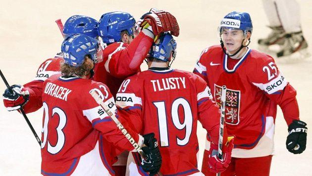 Čeští hokejisté se radují z branky Jiřího Hudlera (vpravo) v utkání proti Slovinsku.