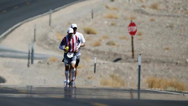 Účastníci ultramaratónu Badwater v oparu horkého vzduchu. Teploty v Death Valley šplhají přes 50 stupňů Celsia.