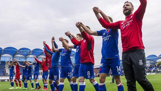 Hráči Slavie oslavují vítězství v Mladé Boleslavi. To ještě věřili, že k mistzrovské korunovaci postačí