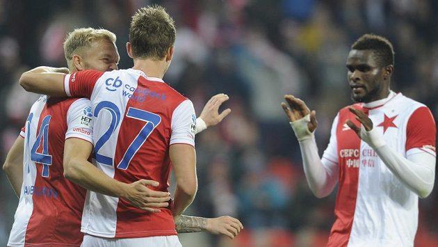 Hráči Slavie (zleva) Mick Van Buren, Tomáš Necid a Michael Ngadeu se radují ze druhého gólu.