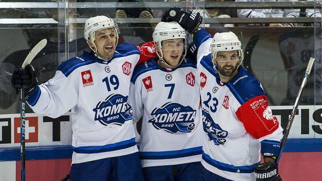 Hokejisté Komety Brno Lukáš Nahodil, Tomáš Bartejs a Tomáš Svoboda slaví během odvetného osmifinále Ligy mistrů na ledě švýcarského EV Zug.