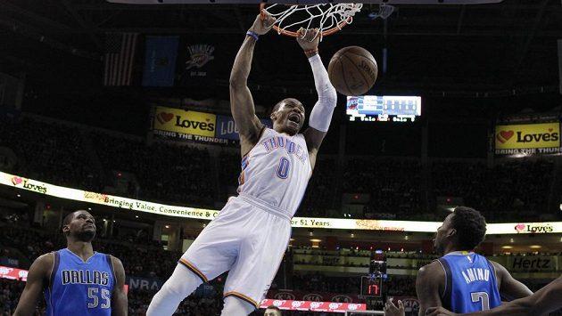 Basketbalista Oklahomy Russell Westbrook smečuje v zápase s Dallasem.