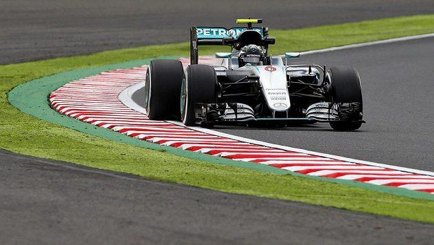 Nico Rosberg s vozem Mercedes při měřeném tréninku na okruhu v Suzuce.