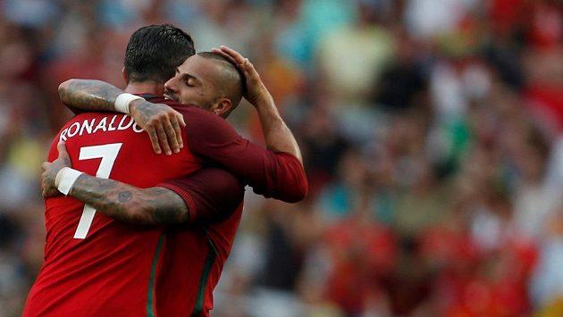 Portugalští fotbalisté Cristiano Ronaldo a Ricardo Quaresma (slaví gól v přípravném zápase proti Estonsku.