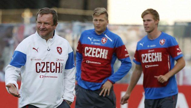 Dobře naložený trenér Pavel Vrba (vlevo). V pozadí obránci Václav Procházka a Tomáš Kalas.