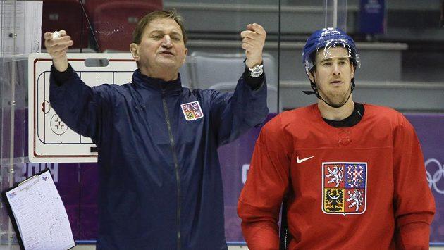 Alois Hadamczik udílí pokyny na tréninku české hokejové reprezentace v Soči. Vedle něj pozorně naslouchá Roman Červenka.