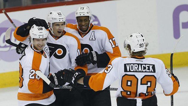 Hokejisté Philadelphie Flyers oslavují jednu z branek.