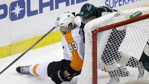 Jakub Voráček bojuje s Jaredem Spurgeonem v duelu Philadelphie s Minnesotou.