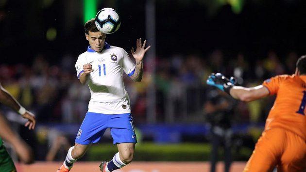 Brazilský fotbalový reprezentant Philippe Coutinho střílí branku do sítě Bolívie v zahajovacím utkání Copy Américy 2019.