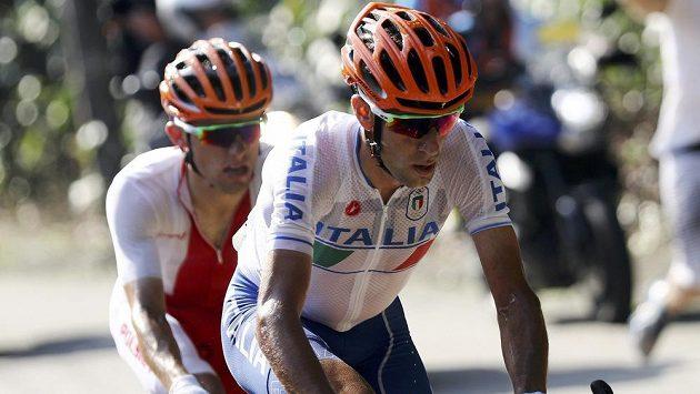 Ital Vincenzo Nibali (vpředu) na trati závodu v Riu.
