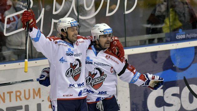 Pardubický útočník Lukáš Nahodil (vlevo) slaví se spoluhráčem Tomášem Rolinkem gól - ilustrační foto.