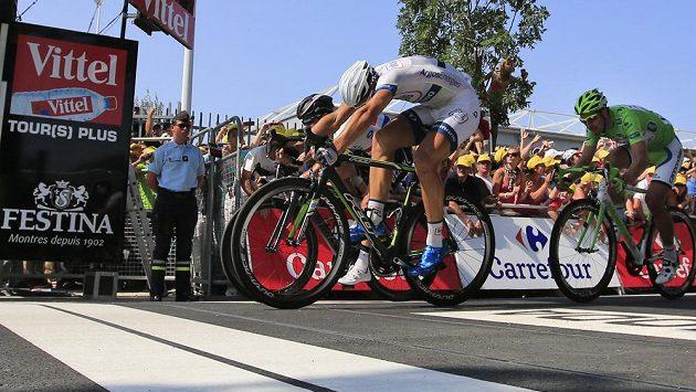 Německý cyklista Marcel Kittel (vpředu) těsně zdolal ve finiši 12. etapy Tour de France Brita Marka Cavendishe, vpravo v cíli třetí Slovák Peter Sagan.