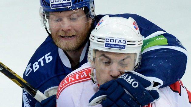 Jan Bulis z Čeljabinsku trpí po ataku Sergeje Soina z moskevského Dynama ve finále KHL.