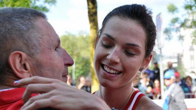 Anežka Drahotová se raduje s trenérem Ivo Pitákem v cíli závodu na 20 km chůze v Curychu, kde získala bronzovou medaili.