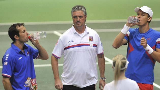 Základ českého daviscupového týmu. Zprava Tomáš Berdych, nehrající kapitán Jaroslav Navrátil a Radek Štěpánek.