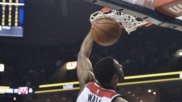 Hvězda basketbalistů Washingtonu John Wall smečuje v utkání s Memphisem.