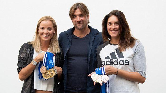 Beachvolejbalistky Markéta Nausch Sluková (vlevo), trenér Simon Nausch a Barbora Hermannová na archivním snímku.