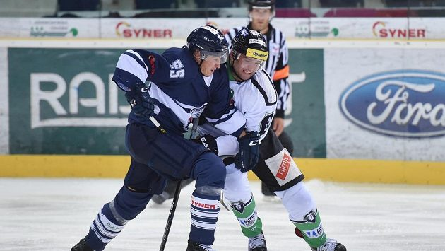 Liberecký obránce Martin Ševc (vlevo) v souboji s mladoboleslavským zadákem Markem Trončinským během přípravného utkání.