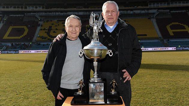 Fotbalové legendy Dukly Praha Josef Jelínek (vlevo) a Ivo Viktor pózují s Americkým pohárem.