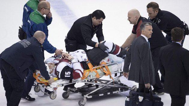 Brad Richardson z Arizony v péči lékařů. Po srážce s Nikitou Trjamkinem z Vancouveru byl převezen do nemocnice.