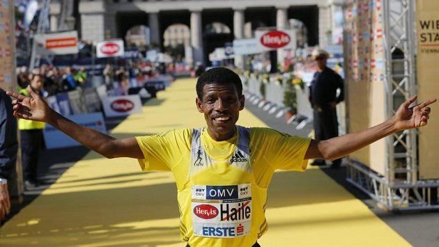 Gebrselassie se z triumfu na vídeňském půlmaratonu raduje potřetí za sebou.