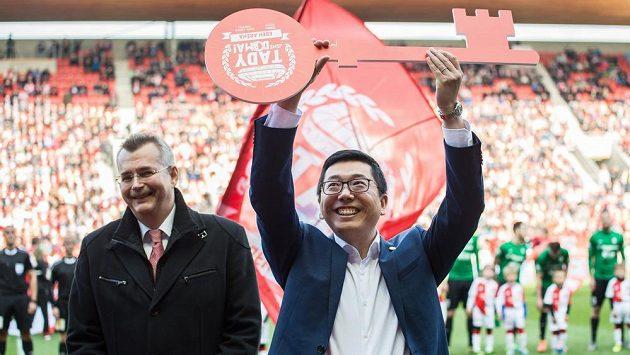 Zástupce CEFC a Jaroslav Tvrdík během převzetí Edenu 30. dubna 2017.