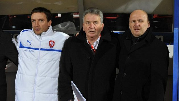 Trenér Michal Bílek (vpravo) si může být jistý, že ani proti němu, ani proti jeho realizačnímu týmu (zleva Vladimír Šmicer a Josef Pešice) Pelta nezasáhne.