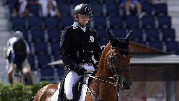 Český reprezentant v jezdecké všestrannosti Miroslav Trunda provádi drezuru v olympijské soutěži.