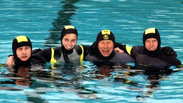 Stefan Schlett (druhý zprava) před úspěšným pokusem o uběhnutí maratónu pod vodou.