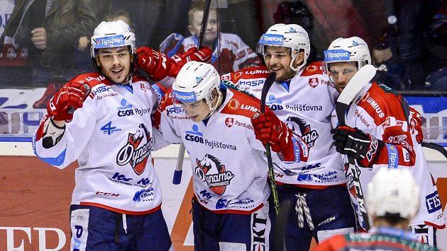 Hráči Pardubic oslavují gól proti Jihlavě.
