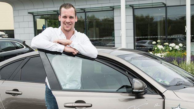 Radek Faksa se sponzorským autem, které v úterý obdržel v Průhonicích.