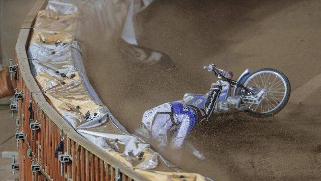 Dán Nicki Pedersen při svém pádu při Grand Prix ve Švédsku.