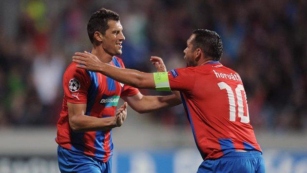 Marian Čišovský (vlevo) a Pavel Horváth oslavují vedoucí gól do sítě Mariboru.