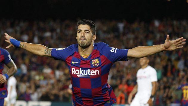 Barcelonský Luis Suárez se raduje z gólu proti Seville.