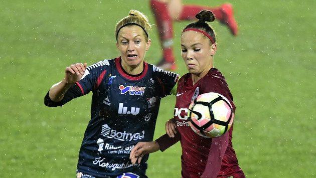 Zleva Janni Arnthová z Linköpingu a Andrea Stašková ze Sparty v utkání Ligy mistrů.