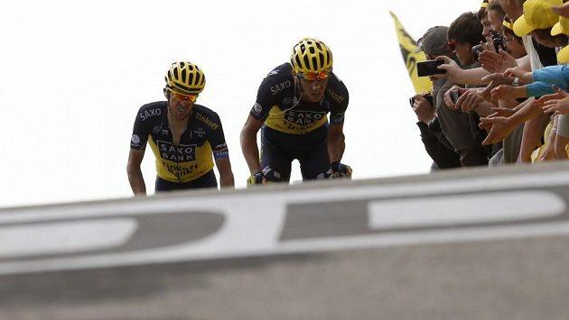 Ještě pár metrů a martyrium na Mont Ventoux bude u konce. Roman Kreuziger (vpravo) táhne svého týmového kolegu Alberta Contadora do cíle 15. etapy Tour de France.