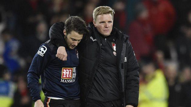 Trenér Bournemouthu Eddie Howe (vpravo) objímá Harryho Artera.
