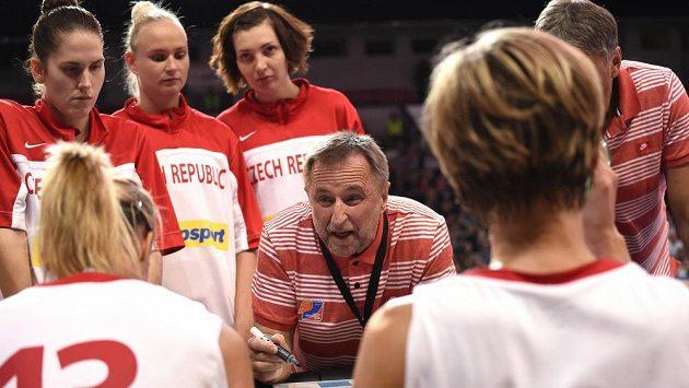 Trenér českých basketbalistek Lubor Blažek udílí pokyny svým svěřenkyním.