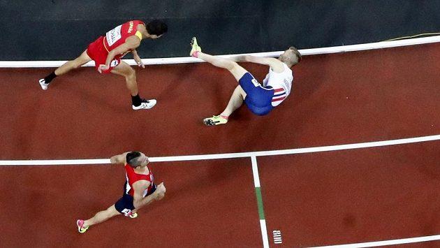 Situace za cílovou čárou. Nor Filip Ingebrigtsen v pádu uhájil bronz, za ním čtvrtý Adel Mechaal ze Španělska. Finiš Jakuba Holuši (v dolní části snímku) přišel pozdě.