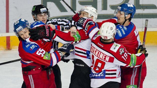 Potyčka u branky Lva při zápase play off KHL proti Doněcku.